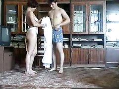 Молодой любовник трахает стройную зрелую брюнетку на полу в разных позах