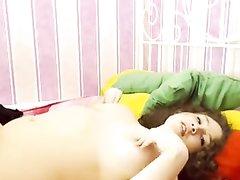 Толстуха с большими сиськами перед домашней вебкамерой занимается мастурбацией