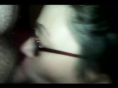 Шлюха в очках сделала любительский минет с окончанием на лицо и на сиськи