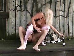 Шикарный домашний секс с фигуристой зрелой блондинкой в белых сапогах на улице