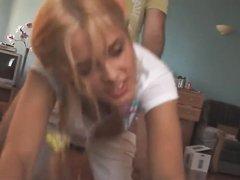 Молодая блондинка возбудившись от мастурбации трахается с поклонником