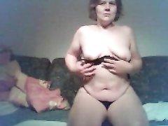 Стриптиз и любительская мастурбация зрелой толстухи с обвисшими сиськами