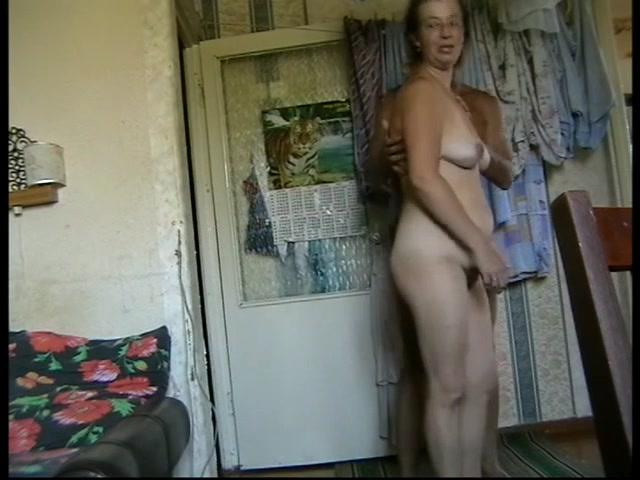 Зрелая дама с загаром занявшись домашним сексом трахается в волосатую киску