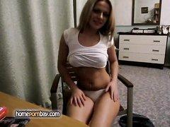 Любительский стриптиз перед вебкамерой от молодой и стройной блондинки