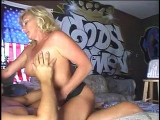 Секс с любительским минетом и окончанием на лицо грудастой зрелой блондинки