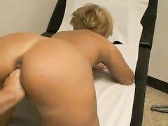Домашний фистинг загорелой зрелой блондинки с большой попой в позе на карачках