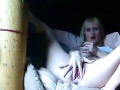 Перед вебкамерой блондинка с большими сиськами предалась домашней мастурбацией