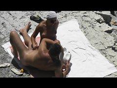 Туристка на нудистском пляже дрочит член перед любительской скрытой камерой