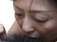 Зрелая азиатская дама от первого лица чеканит домашний минет крупным планом