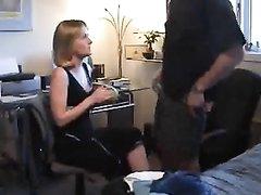 Искусная зрелая развратница перед скрытой камерой дрочит член любовника