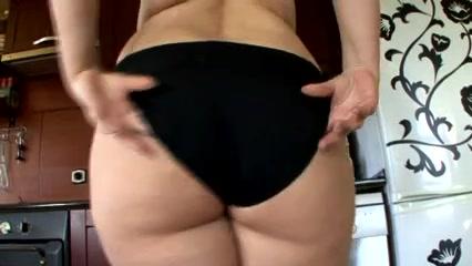 Домашняя соло сцена со зрелой и толстой блондинкой показывающей волосатую киску