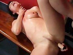 Соло сцена с домашней анальной мастурбацией возбуждённой зрелой красотки