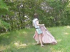Молодая шалава на природе трахается с клиентом и делает домашний минет