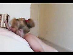 Зрелая блондинка строчит домашний минет перед скрытой камерой в спальне