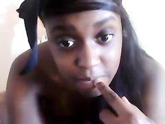 Молодая негритянка перед любительской вебкамерой позирует обнажённой