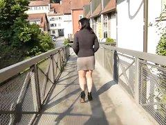 Немецкая брюнетка в общественных местах раздвигает ноги и оголяет попу с дырками
