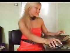 Любительский стриптиз блондинки с круглой попой раздевшейся перед вебкамерой