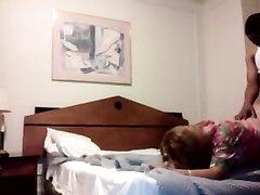 Рыжая аргентинская шлюха занялась домашним сексом с негром в отеле