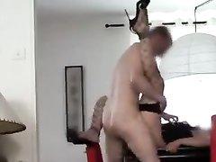 Скрытая камера снимает жёсткий домашний секс с молодой дамой в чулках