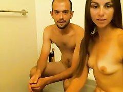 Молодая аргентинская красотка перед вебкамерой строчит домашний минет