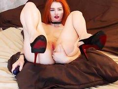 Любительская анальная мастурбация рыжей русской красотки по вебкамере