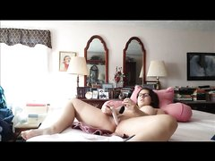 Рыжая толстуха перед вебкамерой занялась любительской мастурбацией