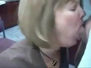 Зрелая дама для окончания на лицо сделала любительскую глубокую глотку