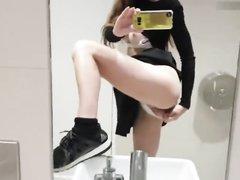Грудастая модель сняла на мобильник домашнюю мастурбацию с фаллосом