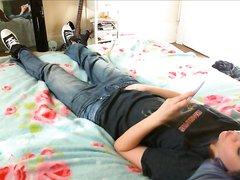 Подглядывание домашней мастурбации молодой девушки в джинсах