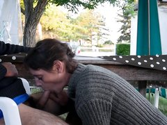 Зрелая шлюха перед домашней вебкамерой сделала минет с окончанием в рот