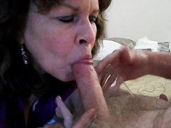 Зрелая нимфоманка сосёт член для окончания в рот и глотает сперму