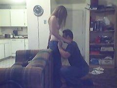 Молодая девушка перед скрытой камерой трахается с любовником после куни