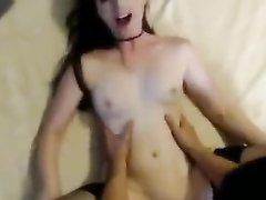 Любительский секс втроём с окончанием на лицо после двойного минета