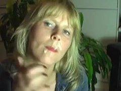 Любовник кончил на лицо зрелой блондинки сделавшей глубокую глотку
