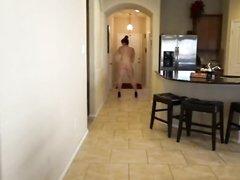 Эротический танец толстухи с большой попой перед домашней вебкамерой
