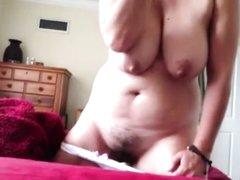 Зрелая грудастая дама в любительском сборнике мастурбирует волосатую щель