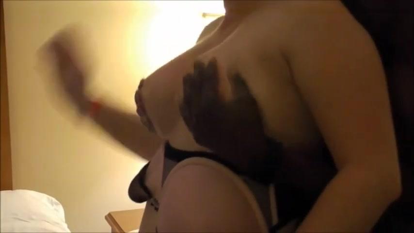 Зрелая грудастая домохозяйка сосёт чёрный член и трахается с молодым негром