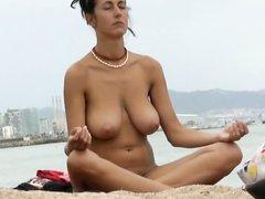 Скрытая камера на нудистском пляже снимает туристку с большими сиськами