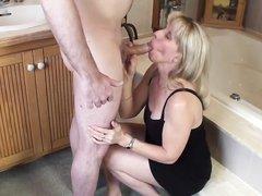 Мужик дважды кончает на лицо зрелой блондинки сделавшей домашний минет