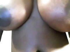 Домашняя мастурбация негритянки с большими сиськами перед вебкамерой