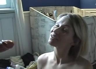 Окончание на лицо блондинки с большими сиськами дрочившей член