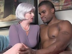 Зрелая блондинка дрочит и сосёт чёрный член темнокожего любовника