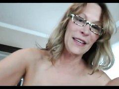 Стриптиз и домашняя анальная мастурбация зрелой дамы по вебкамере