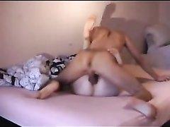 Скрытая камера снимает любительский анал со зрелой дамой в постели