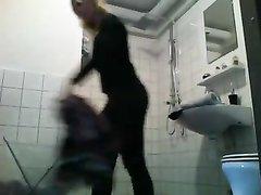 Подглядывание по скрытой камере за молодой девушкой в ванной