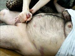 Ловкая зрелая домохозяйка в чулках до оргазма дрочит член толстяка