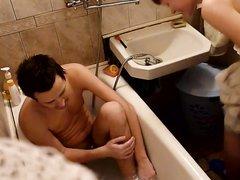 Русская брюнетка с бритой киской делает домашний минет в ванной