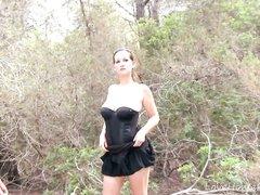 Грудастая зрелая домохозяйка в лесу сосёт член и трахается в бритую киску