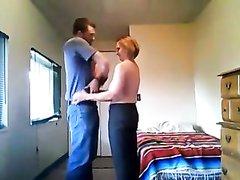 Зрелая домохозяйка перед скрытой камерой отдалась соседу