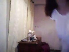 Смуглая брюнетка по любительской вебкамере показывает большие сиськи